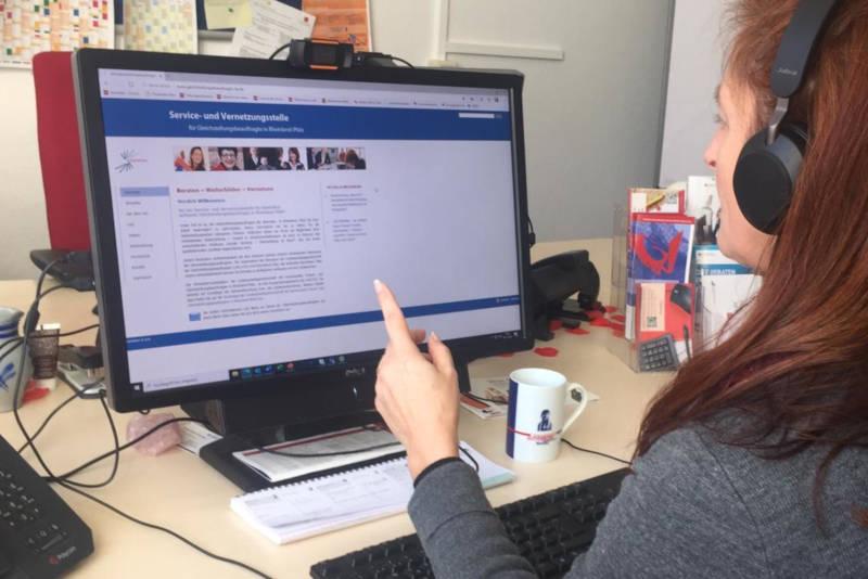 Bei einem Online-Meeting. Foto: Servicestelle für Gleichstellungsbeauftragte in RLP